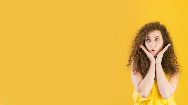 Молодая девушка дует поцелуй копией пространства Premium Фотографии