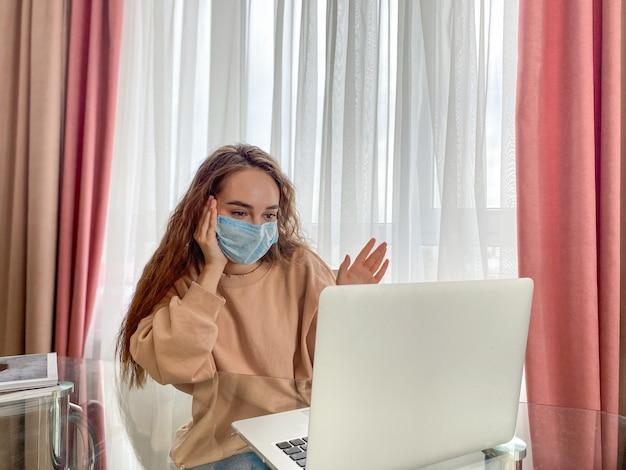 若い女の子は紙ナプキンを使用して彼女の鼻をかむ。少女は自宅で外来治療を受けています。コロナウイルスの自己分離防止 Premium写真