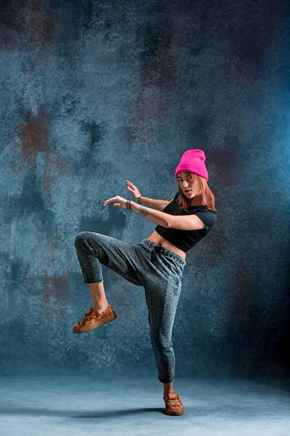 Молодая девушка брейк-данс на синем. Бесплатные Фотографии