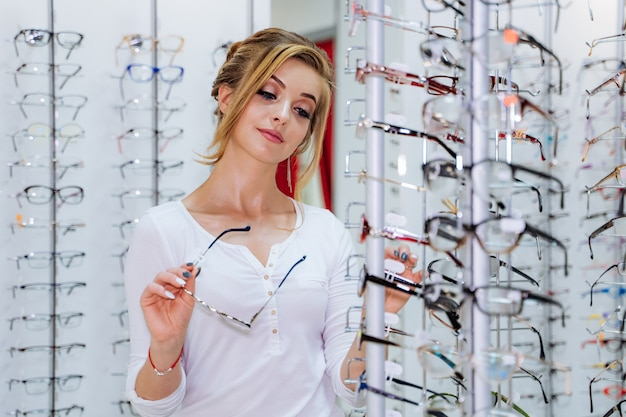 Young girl buys glasses Premium Photo