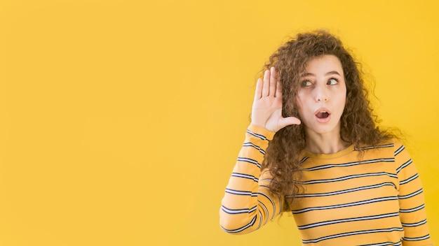 Молодая девушка, услышав секретную копию пространства Premium Фотографии