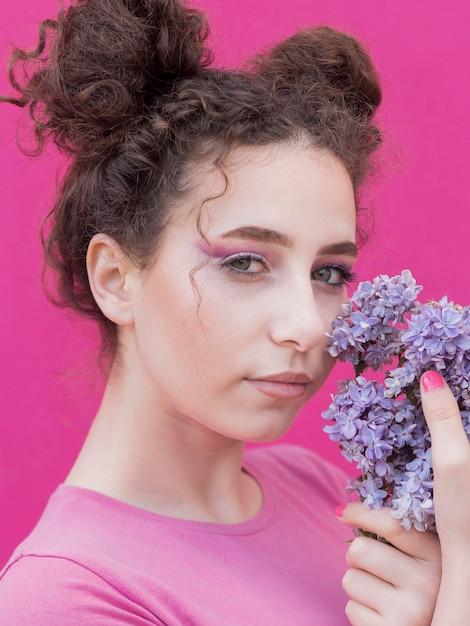 Ragazza che tiene i fiori lilla Foto Gratuite