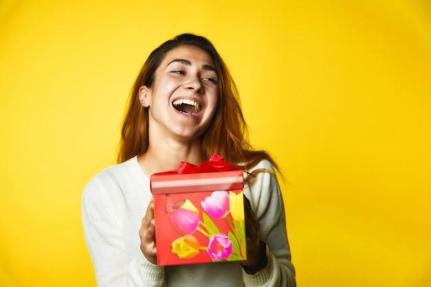 어린 소녀는 선물을 보유하고 매우 행복한 모습을 가지고있다 무료 사진