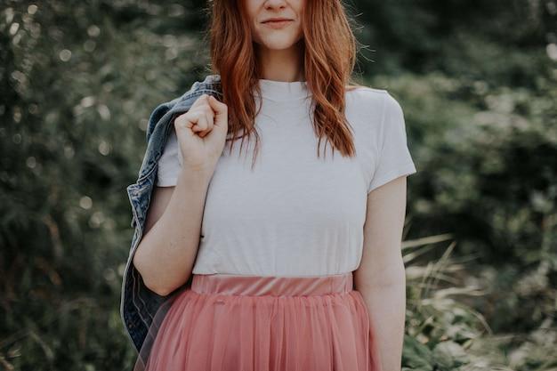Молодая девушка в красивом платье и джинсовой куртке Бесплатные Фотографии