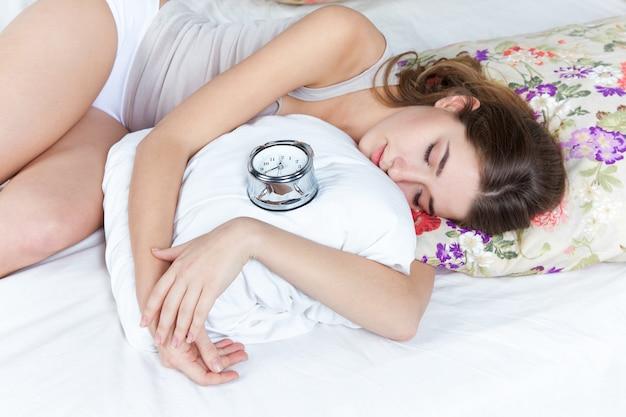 Молодая девушка в постели