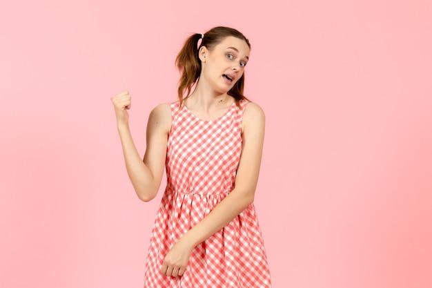 핑크에 가리키는 귀여운 핑크 드레스에 어린 소녀 무료 사진