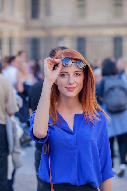 パリの通り、フランスでサングラスの少女 Premium写真