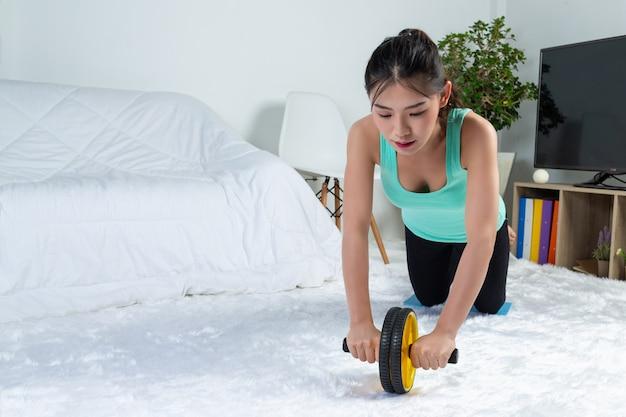 Молодая девушка работает дома, она практикует йогу дома. концепция здорового образа жизни от вируса. Бесплатные Фотографии