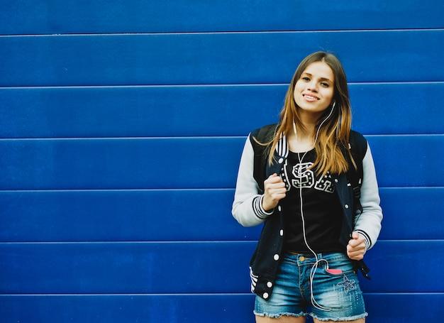 ヘッドフォンで音楽を聴く若い女の子 Premium写真