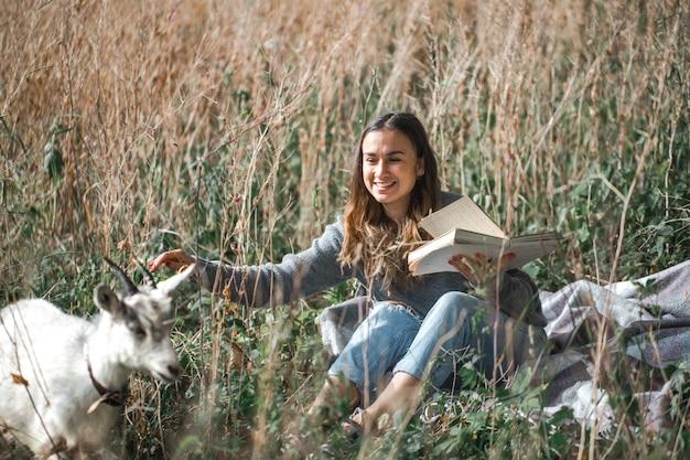 本を読んでフィールド上の若い女の子 無料写真
