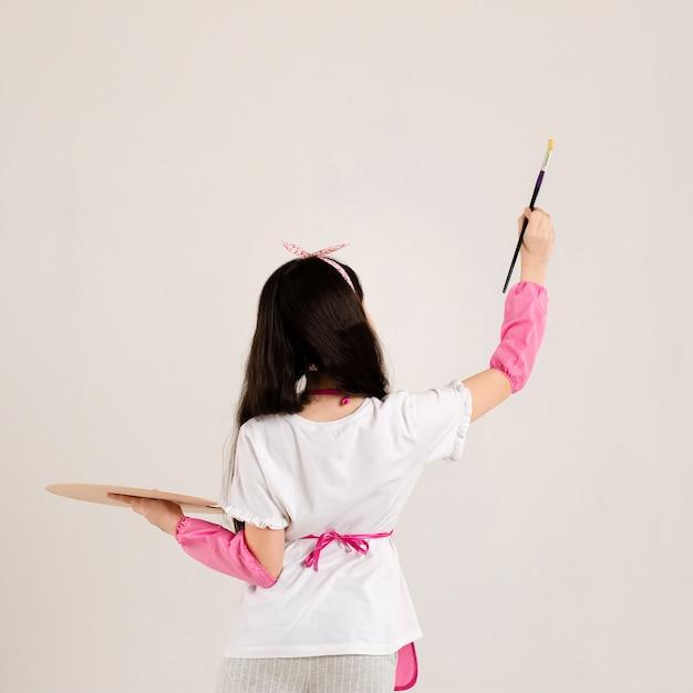 Молодая девушка рисует вид сзади Бесплатные Фотографии