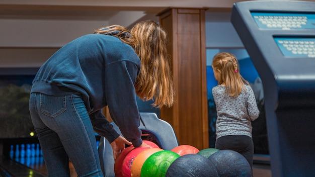 ボウリングをしている若い女の子 Premium写真