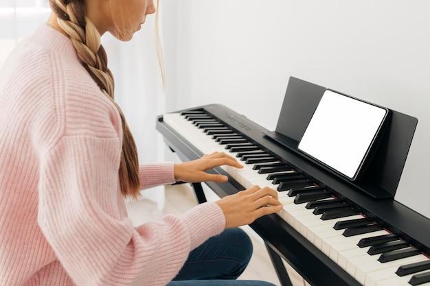 키보드 악기를 연주하는 어린 소녀 무료 사진