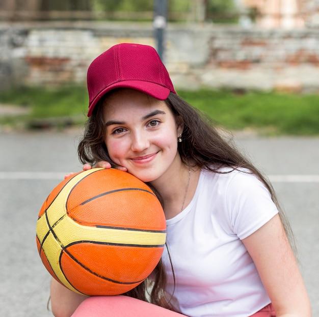 バスケットボールでポーズの少女 無料写真