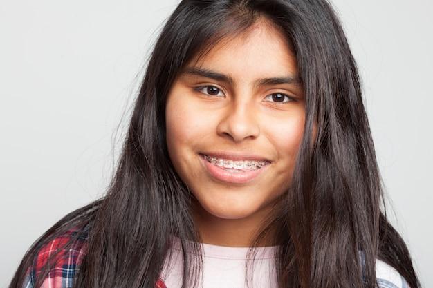 Молодая девушка улыбается крупным планом Бесплатные Фотографии
