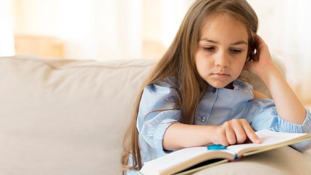 Молодая девушка учится дома с копией пространства Бесплатные Фотографии
