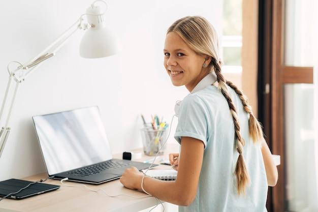 집에서 공부하는 어린 소녀 프리미엄 사진