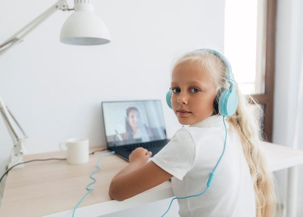 온라인 공부하는 어린 소녀 무료 사진