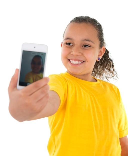 Молодая девушка, делающая автопортрет с камерой телефона Premium Фотографии