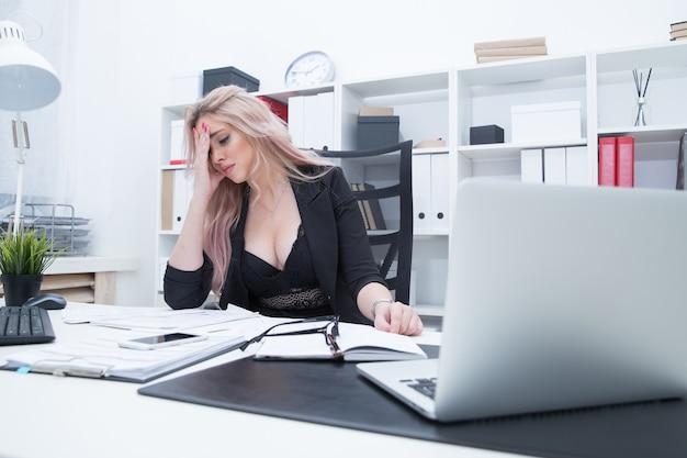 Картинка девушка уставшая после работы работа для девушек в ростове в сфере досуга