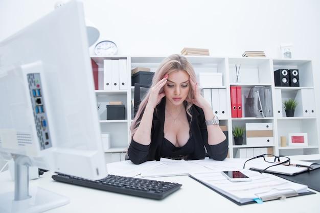Девушка устала после работе трансляции с веб моделями