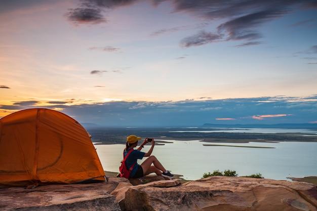 Маленькая девочка путешествуя в национальном парке nam-phong, провинции khon-kaen, таиланде. Premium Фотографии