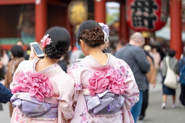 Young girl wearing japanese kimono standing in front of sensoji temple in tokyo, japan. Premium Photo