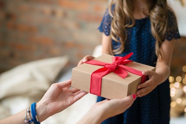 プレゼントを持った少女 無料写真