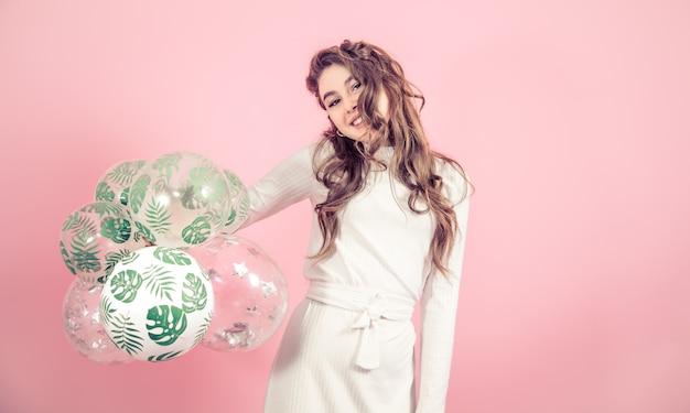 色付きの背景にボールを持つ少女 無料写真