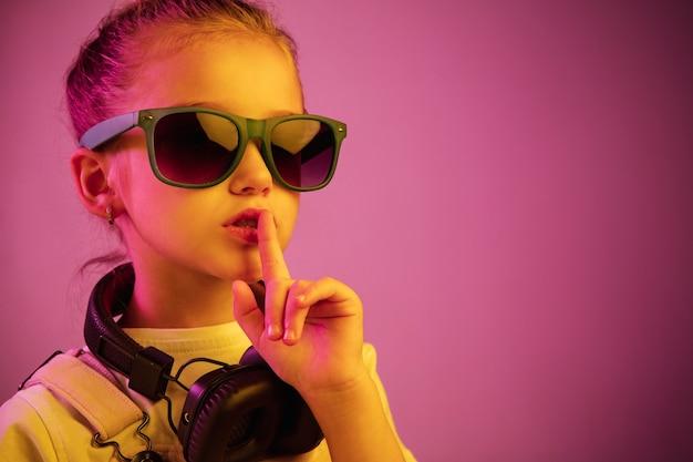 音楽を楽しんでいるヘッドフォンを持つ少女 無料写真