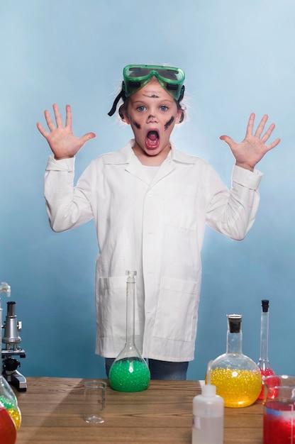 Giovane ragazza con camice da laboratorio Foto Gratuite