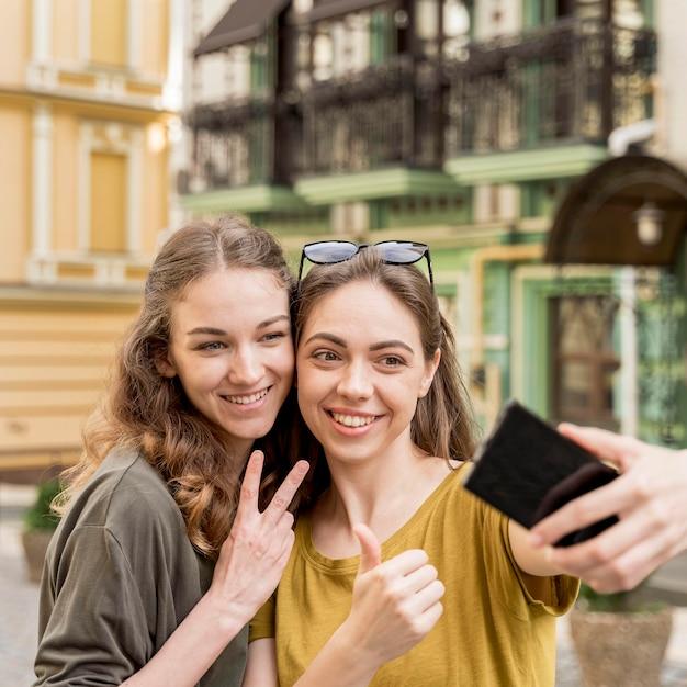 Selfieを取って若いガールフレンド 無料写真