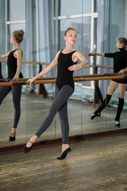 발레 수업 중 운동하는 어린 소녀 프리미엄 사진