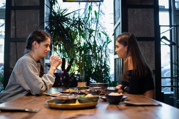 タイ料理やアジア料理を持つ若い女の子 Premium写真