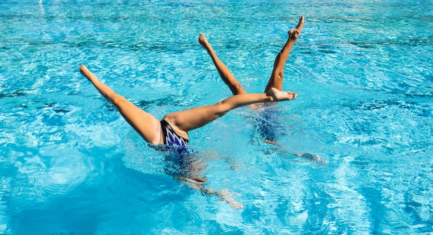 Giovani ragazze in posa all'interno della piscina Foto Gratuite