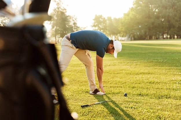 Юный гольфист разминается Бесплатные Фотографии