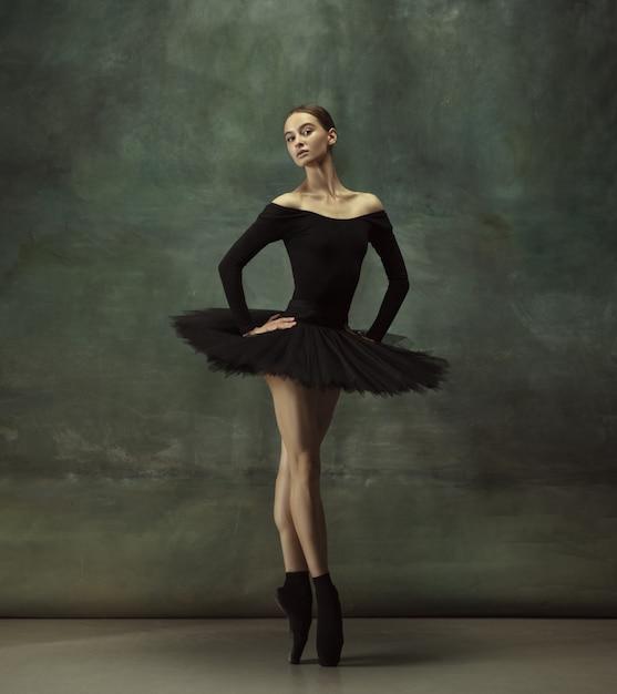 Giovane ballerina tenera graziosa sullo studio scuro Foto Gratuite
