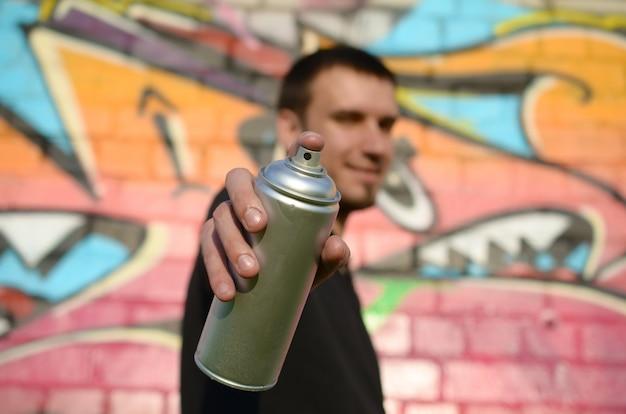 젊은 낙서 예술가 그의 스프레이 캔을 목표로 프리미엄 사진
