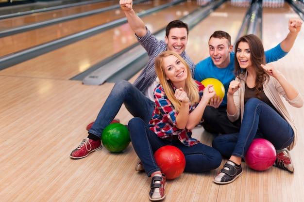 Giovane gruppo di amici in pista da bowling Foto Gratuite