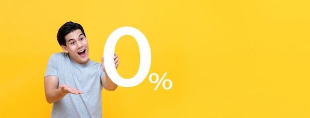 Молодой красивый азиатский мужчина предлагает 0% Premium Фотографии