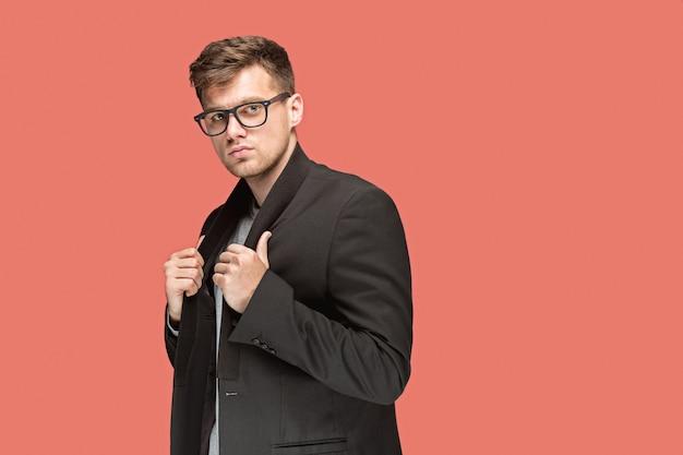 黒のスーツと赤で隔離メガネの若いハンサムな男 無料写真