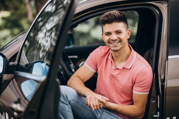Молодой красавец, сидя в машине Бесплатные Фотографии