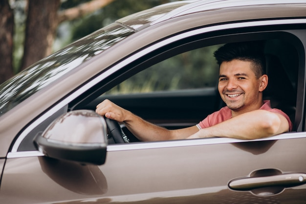車に座っている若いハンサムな男 無料写真