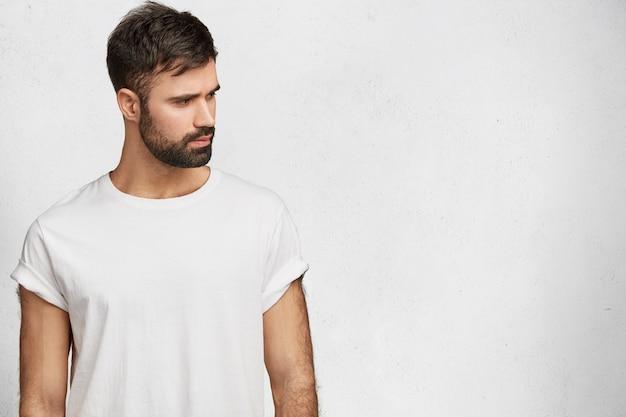 Молодой красавец с белой футболкой Бесплатные Фотографии