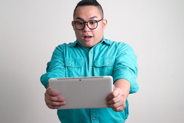 Молодой красивый толстый филиппинский бизнесмен с очками Premium Фотографии