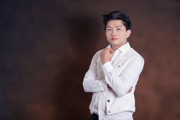 カジュアルな服装の若いハンサムな歌手男 無料写真