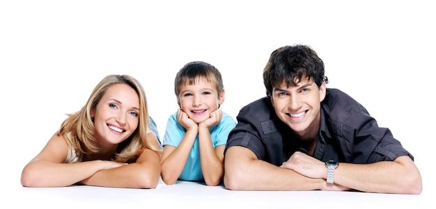 Giovane famiglia felice con il bambino in posa sullo spazio bianco Foto Gratuite