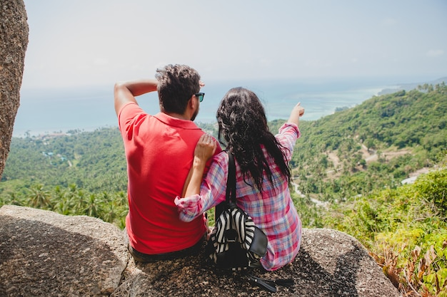 Coppia giovane hipster felice nell'amore che viaggia intorno al mondo Foto Gratuite