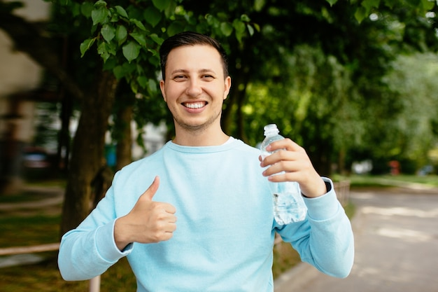 Cessons de nous plaindre ! Remercions plutôt Dieu pour Ses bienfaits ! - Page 2 Young-happy-man-with-bottle-of-water-in-his-hand-smiling-and-showing-thumbs-up_8353-7017