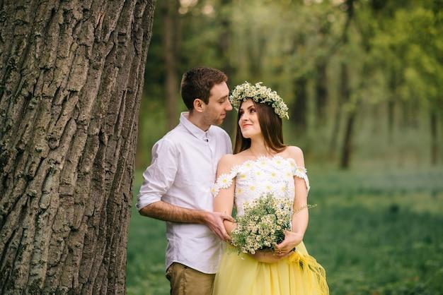 봄 공원에서 포옹 젊은 행복 한 신혼 부부 프리미엄 사진